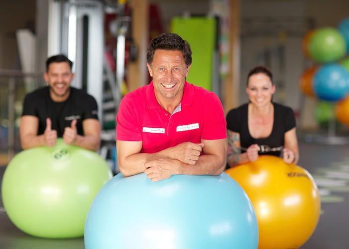 Tina King die Fotogräfin Hans Enn im Fitnessland Oeynhausen in der Funktionalzone mit Gymnastikbällen
